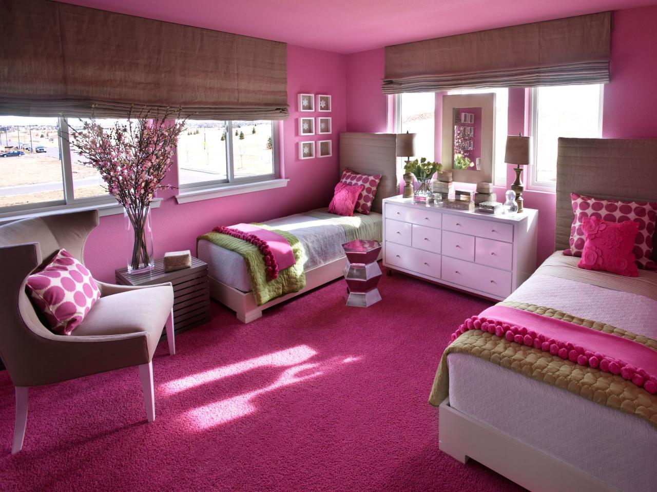 Pilih kombinasi warna yang tepat - Buat Kejutan Manis untuk Si Kecil dengan Memasang Wallpaper Dinding Hello Kitty -HGTV.com